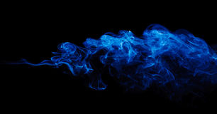 在黑色的蓝色烟 免版税库存图片