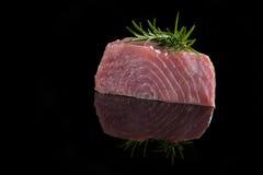 在黑色的金枪鱼排 免版税库存照片