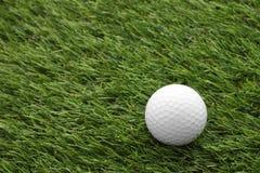 在绿色的顶面高尔夫球 库存照片