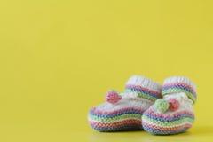 在黄色的婴孩袜子 库存照片