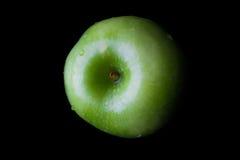在黑色的绿色苹果从上面 免版税库存照片