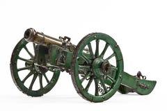 在绿色的黄铜大炮在w绘了支架老葡萄酒被隔绝 库存照片