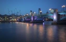 在紫色的Southwark桥梁 免版税库存图片