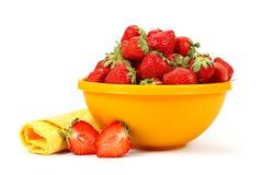 在黄色盘的新鲜的草莓果子 库存照片
