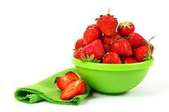 在绿色盘的新鲜的草莓果子 库存照片