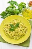 在绿色盘的Pesto trofie典型的利古里亚食谱 图库摄影