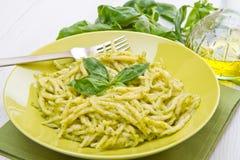 在绿色盘的Pesto trofie典型的利古里亚食谱 免版税库存图片