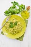 在绿色盘的Pesto trofie典型的利古里亚食谱 免版税库存照片