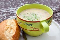 在绿色碗的土豆菜奶油色汤 免版税库存照片
