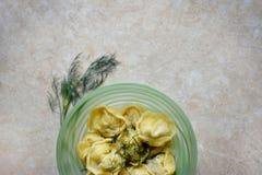 在绿色碗的饺子有绿色的 库存照片
