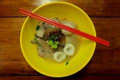 在黄色碗的鱼丸面条 免版税库存图片