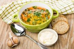 在绿色碗,面包片的浓豌豆汤,大蒜,蛋黄酱 库存照片