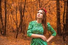 在黄色秋叶的美好的女孩模型 免版税图库摄影