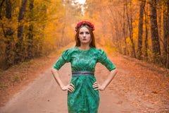 在黄色秋叶的美好的女孩模型 库存照片
