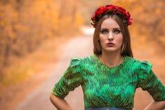 在黄色秋叶的美好的女孩模型 图库摄影