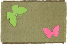 在绿色粗糙的布料的纸板蝴蝶 图库摄影