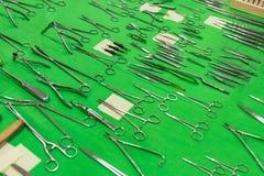 在绿色纺织品的医疗仪器汇集 免版税库存图片