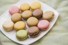 在绿色纺织品的macarons 免版税库存图片