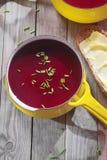 在黄色罐的红色紫罗兰色甜菜根汤 库存照片
