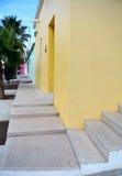 在黄色背景墙壁上的白色楼梯  免版税库存照片