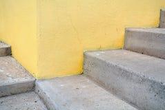 在黄色背景墙壁上的白色楼梯  免版税库存图片