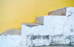 在黄色背景墙壁上的白色楼梯  库存图片