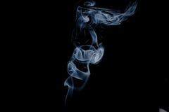 在黑色背景查出的烟 免版税库存图片