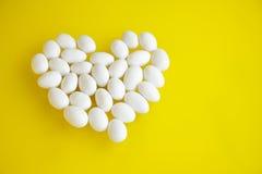 在黄色背景白色杏仁糖果 免版税库存照片