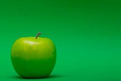 苹果计算机在绿色离开 免版税图库摄影
