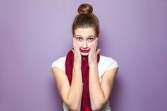 在紫色背景的不快乐的情感表示概念 免版税库存图片