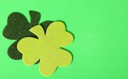 在绿色背景的两片三叶草叶子 日帕特里克s st 免版税库存图片