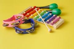 在黄色背景的乐器汇集 免版税库存照片