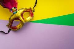 在黄色背景的五颜六色的狂欢节或carnivale面具 屏蔽威尼斯式 顶视图 免版税库存照片