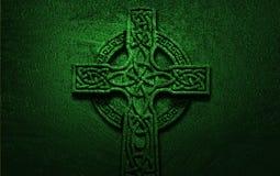 在绿色背景的凯尔特十字架 免版税库存图片