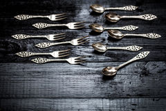 在黑色背景的刀叉餐具 免版税库存图片