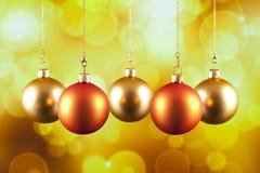 在黄色背景的四个圣诞节中看不中用的物品 库存照片