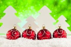 在绿色背景的四个圣诞节中看不中用的物品 库存照片