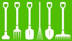 在绿色背景的园艺工具 免版税库存照片