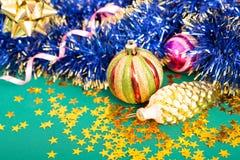 在绿色背景的圣诞节玩具。 免版税库存照片