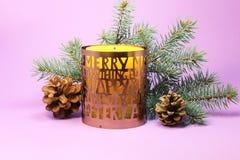 在紫色背景的圣诞节蜡烛 免版税库存照片