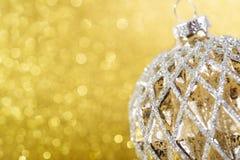 在黄色背景的圣诞节装饰 免版税库存图片