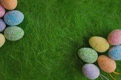 在绿色背景的复活节彩蛋 库存图片