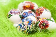 在绿色背景的复活节彩蛋 免版税库存图片