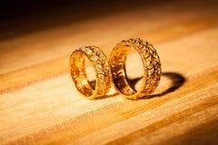 在黄色背景的婚戒 免版税库存照片