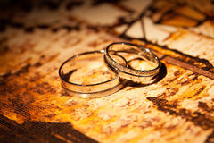 在黄色背景的婚戒 库存图片