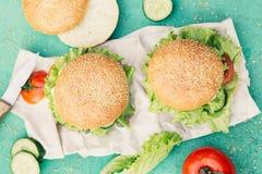 在绿色背景的开胃汉堡 库存照片