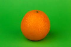在绿色背景的成熟桔子 免版税库存照片