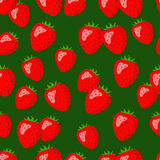 在绿色背景的明亮的红色草莓 库存照片