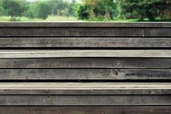 在绿色背景的木步 库存图片