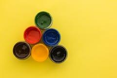 在黄色背景的树胶水彩画颜料 免版税库存照片
